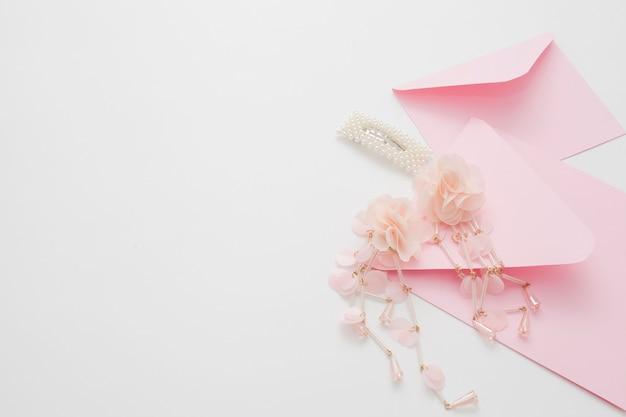 コピースペースの招待状で飾られた結婚式の背景。