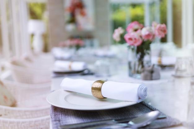結婚式の装飾。イベントパーティーや結婚披露宴用にセットされたテーブル。レストランでの豪華でエレガントなテーブルセッティングディナー。ガラスと皿。宴会や結婚式のためのホール。