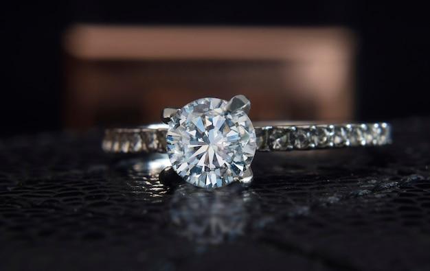 Обручальное кольцо из белого золота украшено бриллиантами.