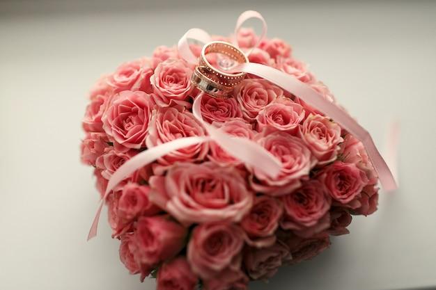 결혼 반지는 꽃다발 아래 서