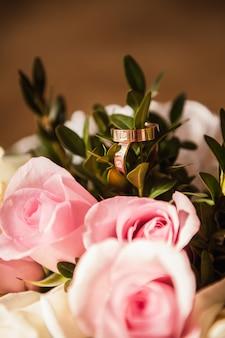 ピンクのバラの結婚指輪がクローズアップ