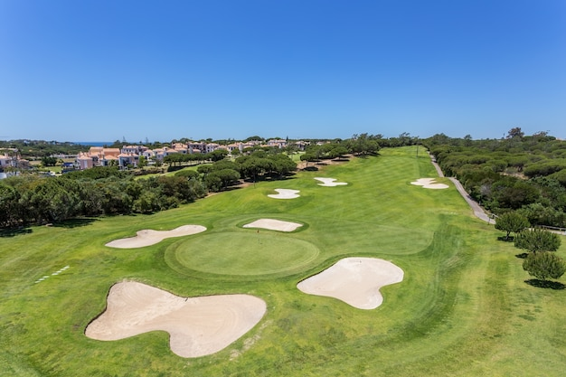 Ухоженное поле для гольфа летом.