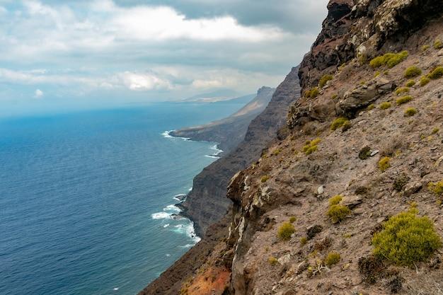 グランカナリア島の西海岸、ミラドールデルバルコンの崖を打ち破る波