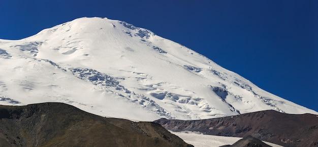 エルブルス山の西の頂上は雪で覆われています。ロシアのコーカサス山脈の北斜面。