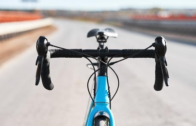 Руль спортивного мотоцикла с крупным планом рукояток тормоза и переключателя передач.