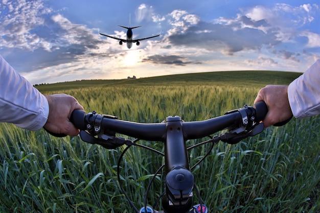 사이클 근접 촬영의 바퀴, 햇빛에 밀밭