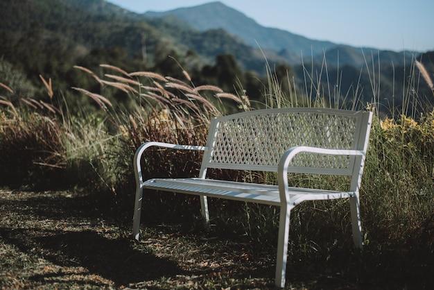 Белый стул с горным фоном создает ощущение одиночества.