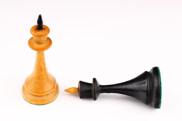 Белый шахматный король и черный король уничтожены