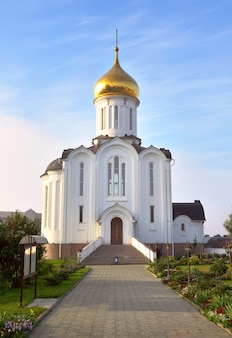 ロシア建築様式の金色のドームのある白い教会。シベリア、ロシア