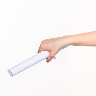 오른쪽 그림자가있는 흰색의 여성 손에있는 소품의 흰색 실린더