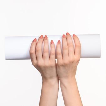 右の影と白の女性の手で小道具の白い円柱