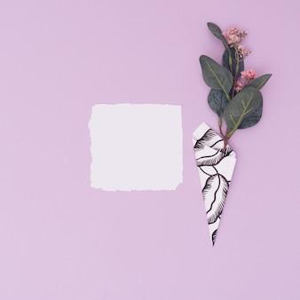 Белая бумажная карточка на пастельном фиолетовом фоне. любовное письмо валентина.