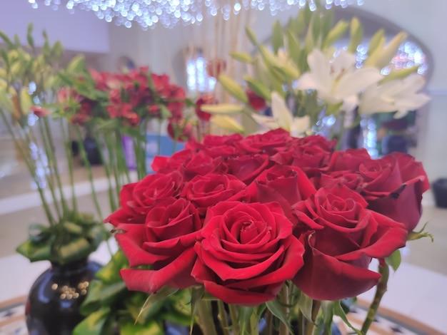 Фон из белых роз на день святого валентина, день матери или открытка на день женщины