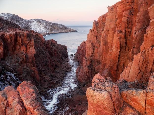 白海沿岸の素晴らしいカラフルな山の風景