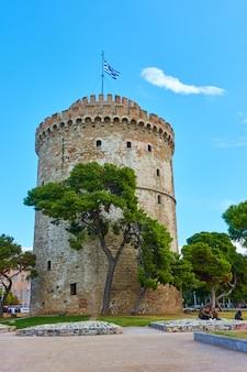 Белая башня и городская площадь в салониках, греция