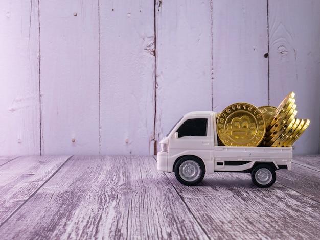 비즈니스 또는 운송 개념을 위한 흰색 밴 트럭과 금화