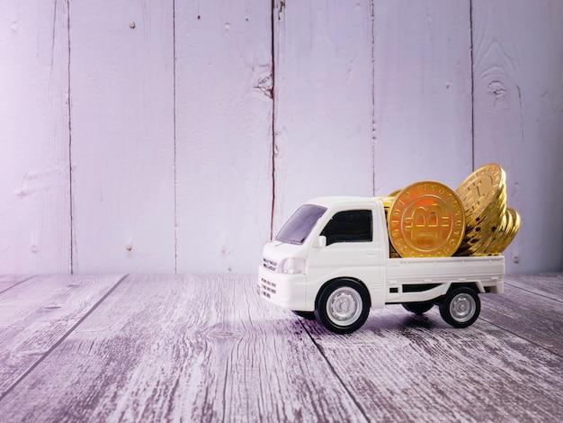 비즈니스 또는 운송 개념을 위한 흰색 밴 트럭과 금화 프리미엄 사진