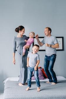 家族全員が自宅のベッドでジャンプします。私たちは家にいて楽しみます。