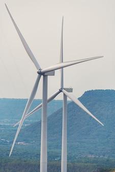 風力タービンの電力作業、青い空、エネルギー電力の概念