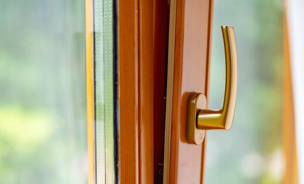 창문은 환기를 위해 수직으로 열려 있습니다.