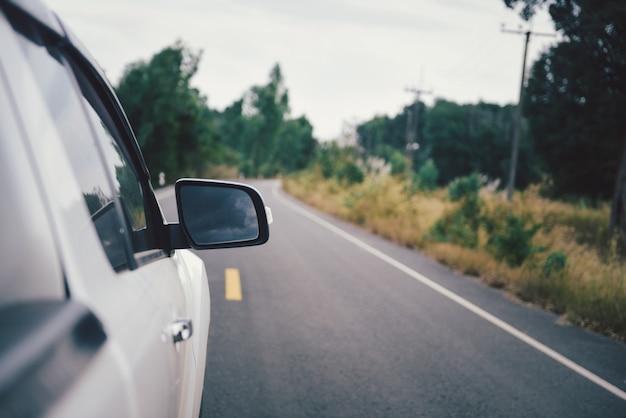 자연 거리와 자동차의 윙 미러.