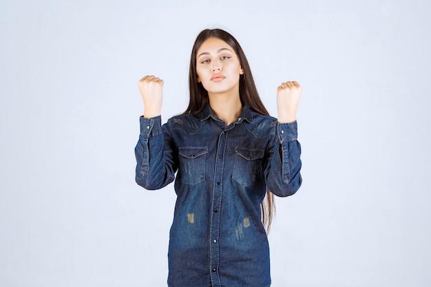 勝者の若い女性は拳を見せて力強く感じます