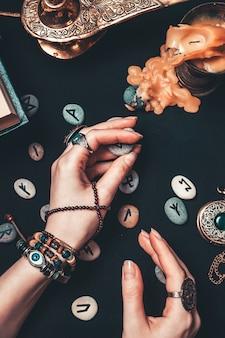 Ведьма гадает на рунических камнях