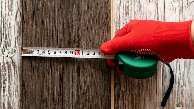 ウィザードは、テープ メジャーでボードの幅を測定します。