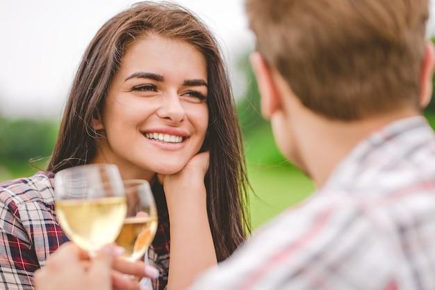 여자와 남자는 자연에서 술을 마신다