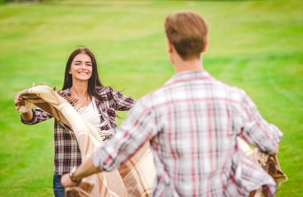 女性と男性は屋外で休む