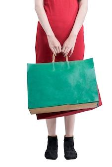 흰색 배경 위에 절연 쇼핑 가방을 들고 여자