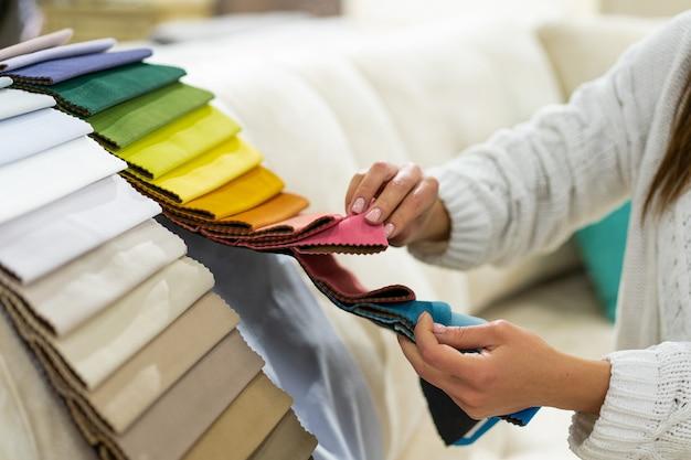 Женщина выбирает ткань на диван