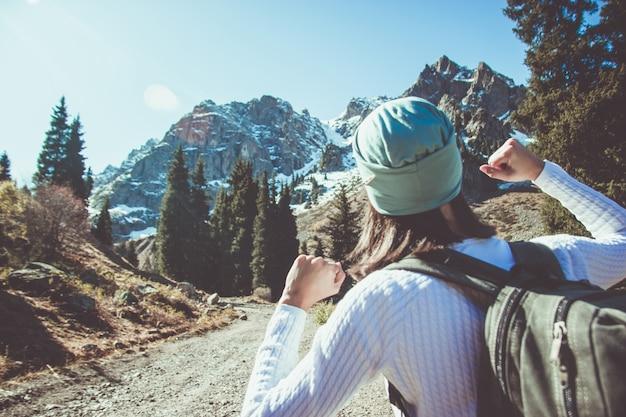 女性は拳を食いしばっている。山頂への旅。