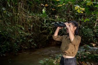 The woman climbs a binoculars