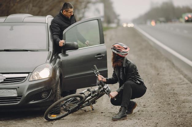 여자는 차에 추락했습니다. 헬멧에 소녀입니다.