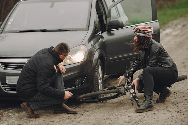 女性は車に激突した。ヘルメットをかぶった少女。