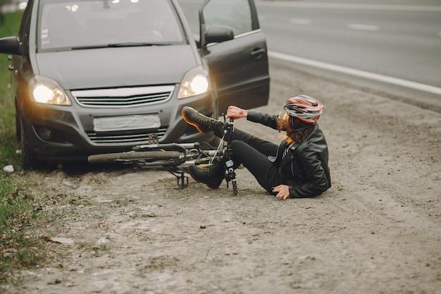 Женщина врезалась в машину.