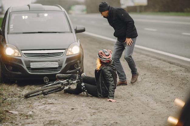 女性は車に激突した。