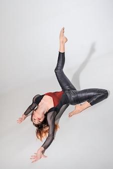 Женщина танцует на сером