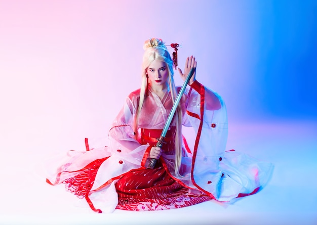 Женщина в костюме гейши с катаной