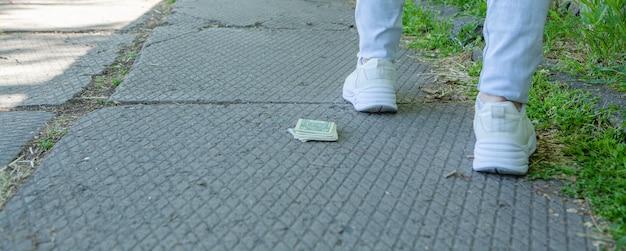 여자는 돈을 떨어뜨리고 떠났다.