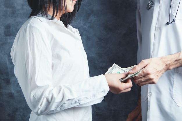 여자는 의사에게 돈을 준다