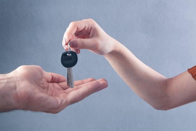 Женщина дает мужчине ключи от дома