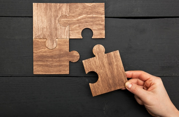 パズルをつなぐ女性の手