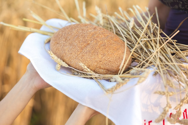 パンと穀物を持った女性