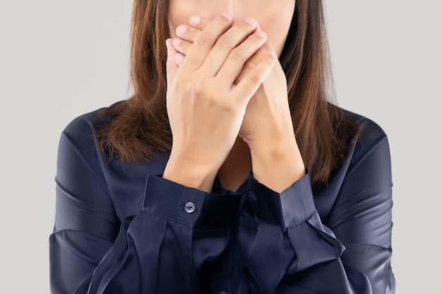 Женщина в темно-синей рубашке не комментирует и отказывается