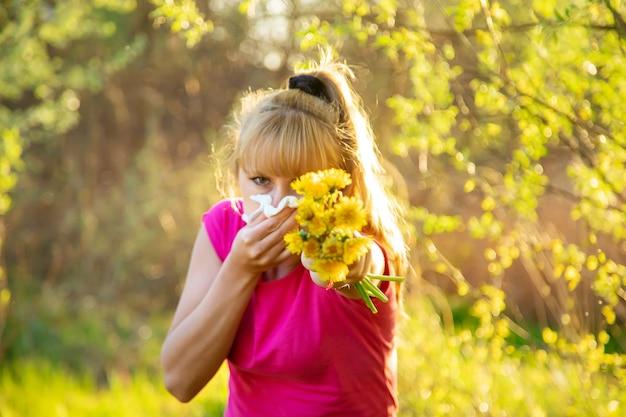 У женщины аллергия на цветы