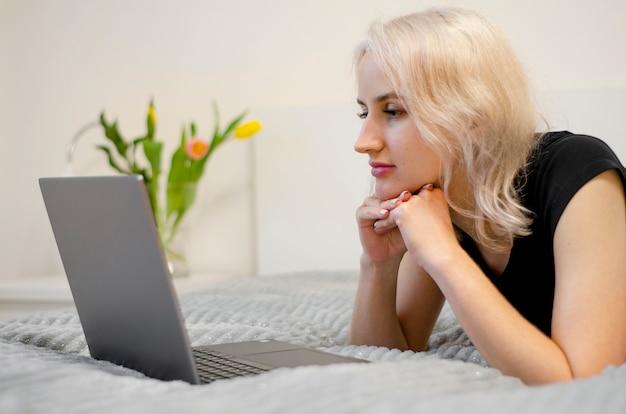 Женщина смотрит сериал на ноутбуке