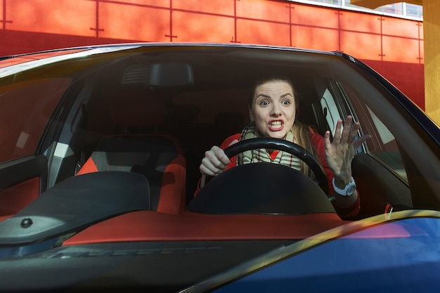 도로에서 운전대 뒤에서 분노한 여자