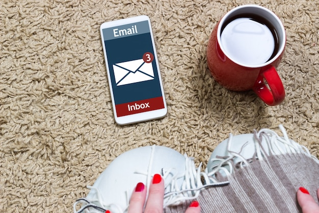 女性は携帯電話でオンラインのメッセージ、メッセージオンラインアイコンを受信しました。